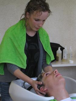 coiffeuse qui fait un shampoing Géomer