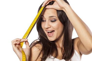 femme qui mesure ses cheveux