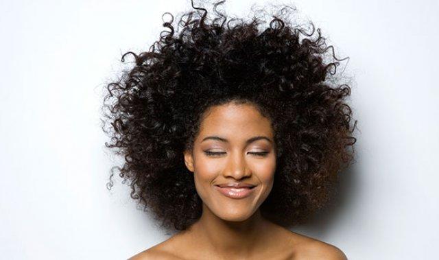 Vos cheveux sont épais secs à très secs ? Ils ont besoin de soins qui pénètrent la fibre capillaire. Le soin naturel pour cheveux épais Géomer répare, adouci, hydrate, reminéralise et apporte de la brillance à votre chevelure.
